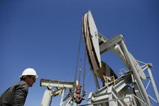 Una unidad de bombeo funcionando en Monterey Shale, EEUU, abr 29, 2013. Los inventarios comerciales de crudo en Estados Unidos habrían caído la semana pasada, mostró el lunes un sondeo de Reuters.   REUTERS/Lucy Nicholson