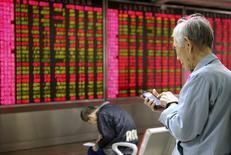 Инвесторы в брокерской конторе в Пекине. 16 ноября 2015 года. Китайский фондовый рынок укрепился во вторник после падения более чем на 2 процента на предыдущей сессии вслед за обещаниями центробанка сохранить разумный рост кредитов и поддерживать юань. REUTERS/Li Sanxian
