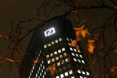 La sede de Deutsche Bank, en Fráncfort, Alemania, 28 de octubre de 2015. Deutsche Bank acordó vender su participación completa de 20 por ciento en el banco Hua Xia, con sede en Pekín, a la aseguradora china PICC Property and Casualty Co en un negocio de hasta 4.000 millones de dólares que le ayudará a elevar sus ratios de capital. REUTERS/Kai Pfaffenbach