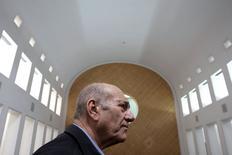 Экс-премьер Израиля Эхуд Ольмерт в зале Верховного суда в Иерусалиме 29 декабря 2015 года. Верховный суд Израиля во вторник сократил срок тюремного заключения бывшему премьер-министру Эхуду Ольмерту до 1,5 лет с шести, изменив приговор низшей инстанции, вынесенный в прошлом году по обвинению в коррупции. REUTERS/Gali Tibbon/Pool