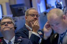 Трейдеры на Нью-Йоркской фондовой бирже 29 октября 2015 года. 2016 год должен стать хорошим годом для фондового рынка США, показал опрос участников, которые, однако, не забывают о рисках. REUTERS/Brendan McDermid