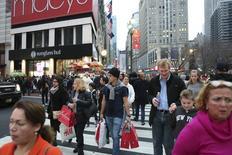 La confiance du consommateur américain s'est nettement améliorée en décembre, alors qu'elle était tombée le mois précédent au plus bas depuis plus d'un an. L'indice de l'organisation patronale Conference Board la mesurant est ressorti à 96,5 sur ce mois-ci contre 92,6 en novembre. /Photo prise le 27 décembre 2015/REUTERS/Pearl Gabel