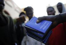Carteiras de trabalho de imigrantes haitianos, em São Paulo. 28/04/2014 REUTERS/Nacho Doce