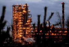 НПЗ в Мозыре. 9 января 2007 года. Белоруссия завершает подписание контрактов с поставщиками нефти из РФ на 2016 год, сохранив основные условия поставок на уровне текущего года, сказала Рейтер пресс-секретарь госконцерна Белнефтехим Марина Костюченко. REUTERS/Vasily Fedosenko