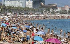 España incrementó en noviembre un 10,7 por ciento el número de turistas internacionales que llegaron al país y, a falta de los datos del mes de diciembre, roza ya el récord anual de visitas que estableció en 2014. En la imagen de archivo, una vista de las playas de Sant Sebastia y Sant Miquel en Barcelona el 16 de agosto pasado. REUTERS/Albert Gea