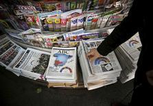 La inversión publicitaria en 2015 en medios convencionales habría crecido un 4,3 por ciento y en 2016 la expansión sería del 4,9 por ciento, según un estudio de Zenthinela presentado el miércoles y elaborado en base a una encuesta con directivos de empresas anunciantes. En la imagen, un hombre mira periódicos en un quiosco en el centro de Madrid, 21 de diciembre de 21, 2015. REUTERS/Andrea Comas