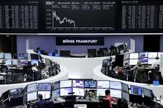 Las bolsas europeas caían el miércoles, ya que los precios de las materias primas lastraban las acciones de las empresas mineras y energéticas. En la imagen, el patio de operaciones de Francfort el pasado 28 de diciembre. REUTERS/Staff/Remote