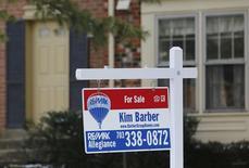 Una vivienda a la venta en Oakton, EEUU, mar 27, 2014. Los contratos para comprar casas usadas en Estados Unidos cayeron en noviembre por tercera vez en cuatro meses, una señal de que el crecimiento del mercado inmobiliario podría estar enfriándose.     REUTERS/Larry Downing
