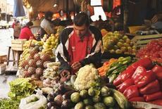 Un vendedor ordena sus productos en el Mercado Municipal en Asunción, 10 de agosto de 2007. Paraguay cerró el 2015 con una inflación del 3,1 por ciento, informó el miércoles el Banco Central, impulsada principalmente por los aumentos en algunos bienes importados ante la mayor apreciación de dólar y con los precios de los alimentos relativamente estables. REUTERS/Jorge Adorno