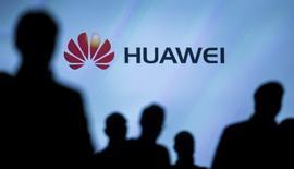 Huawei Technologies, l'un des principaux fournisseurs mondiaux d'équipements de réseaux de télécommunications, a déclaré jeudi s'attendre à publier au titre de 2015 un chiffre d'affaires en hausse de 35%, à environ 390 milliards de yuans (54,9 milliards d'euros). /Photo prise le 2 septembre 2015/REUTERS/Hannibal Hanschke