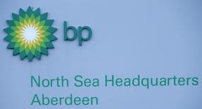 Una feroz tormenta en el Mar del Norte forzó el jueves a algunas compañías petroleras a evacuar sus plataformas y cerrar la producción cuando las instalaciones de perforación se vieron amenazadas por una barcaza a la deriva que se desprendió de su anclaje. Imagen de la sede de BP para el Mar del Norte en Aberdeen, Escocia, el 15 de enero de 2015.  REUTERS/Russell Cheyne