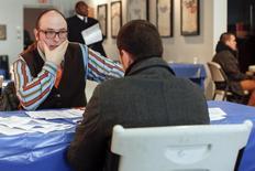 En la imagen, un hombre escucha durante una entrevista de trabajo en Coney Island, Nueva York. 4 de marzo, 2014. El número de estadounidenses que solicitaron el seguro de desempleo por primera vez aumentó fuertemente la semana pasada, en una potencial señal de que el mercado laboral pierde impulso, aunque parte del incremento podría atribuirse a factores temporarios relacionados con los festivos de fin de año. REUTERS/Shannon Stapleton