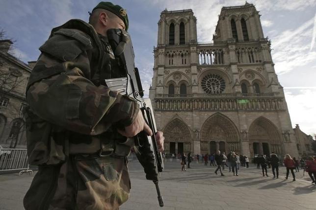 12月31日、パリのホテルでは大晦日・新年の予約が30─40%減で、同時攻撃の影響が続く。写真はパリのノートルダム寺院前を警戒する兵士。24日撮影(2015年 ロイター/Philippe Wojazer)