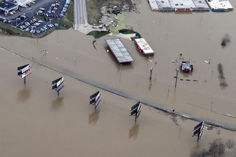Submerged roads and houses are seen after several days of heavy rain led to flooding, in an aerial view over Union, Missouri December 29, 2015.  REUTERS/Kate Munsch