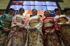 Mujeres vestidas con kimonos tradicionales posan frente a una pantalla en la ceremonia de apertura de Año Nuevo en la Bolsa de Tokio. 4 de enero de 2016. Las acciones asiáticas abrieron el lunes su primera sesión del 2016 con cautela y los precios del petróleo escalaban un 3 por ciento, después de que la ejecución de un destacado clérigo chií en Arabia Saudita generó tensiones en Oriente Medio. REUTERS/Yuya Shino