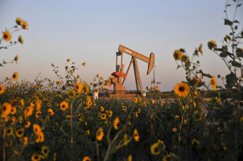 A pump jack operates at a well site leased by Devon Energy Production Company near Guthrie, Oklahoma in this September 15, 2015, file photo. REUTERS/Nick Oxford/Files