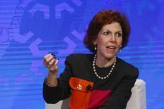 La presidenta de la Reserva Federal de Cleveland, Loretta Mester, participa en un panel en Nueva York, 18 de noviembre de 2015. El alza de tasas de interés por parte de la Reserva Federal en diciembre fue un prudente primer paso para una era de política monetaria más normal y señaló la confianza del banco central en que la economía de Estados Unidos continuará mejorando, dijo el domingo una importante autoridad del organismo. REUTERS/Lucas Jackson