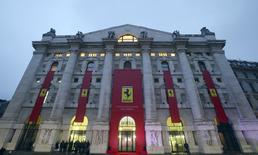 L'action Ferrari recule lundi matin à la Bourse de Milan pour sa première séance de cotation, qui parachève la scission du constructeur de luxe du groupe Fiat Chrysler Automobiles. Le titre a débuté à 43 euros mais il a ensuite cédé du terrain. /Photo prise le 4 janvier 2015/REUTERS/Stefano Rellandini