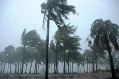 Le typhon Mujigae dans la province chinoise du Guangdong. Les demandes d'indemnisation consécutives à des catastrophes naturelles ont diminué en 2015 à 27 milliards de dollars (24,8 milliards d'euros) et le coût total de ces événements est tombé à son plus bas niveau depuis 2009, a indiqué son rapport annuel le réassureur Munich Re. Ce montant total est inférieur aux 31 milliards de dollars cumulés en 2014, ainsi qu'à la moyenne de 56 milliards de dollars sur dix ans /Photo prise le 4 octobre 2015/REUTERS