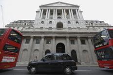 La Banque d'Angleterre devrait décider d'une première hausse de ses taux d'intérêt depuis plus de huit ans au deuxième trimestre 2016, comme cela était attendu précédemment, à moins que le manque de dynamisme des salaires ou les risques d'un Brexit ne la poussent à la différer, suggèrent les conclusions d'une enquête Reuters. /Photo prise le 10 décembre 2015/REUTERS/Luke MacGregor