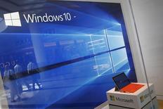 Una pantalla mostrando el sistema operativo Windows 10 en una tienda de Microsoft en Roosevelt Field, Garden City, Nueva York, 29 de julio de 2015. El más reciente sistema operativo de Microsoft, Windows 10, ya está funcionando en 200 millones de dispositivos en lo que, según la compañía, fue la tasa de conversión más veloz a la nueva versión entre todos sus sistemas operativos. REUTERS/Shannon Stapleton/Files