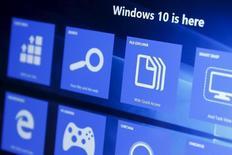 Windows 10 équipe désormais 200 millions d'appareils et aucun système d'exploitation mis au point par Microsoft n'avait jusqu'à présent connu un déploiement aussi rapide. Microsoft a lancé Windows 10 en juillet en téléchargement libre. Ce système équipe aussi bien des PC que des terminaux mobiles./Photo pris ele 29 juillet 2015/REUTERS/Shannon Stapleton