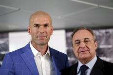 Real Madrid's new coach Zinedine Zidane (L) and Real Madrid's President Florentino Perez pose for the media at Santiago Bernabeu stadium in Madrid, Spain, January 4, 2016.  REUTERS/Juan Medina