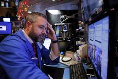 Un operador trabajando en la Bolsa de Nueva York, 4 de enero de 2016. Las acciones cayeron con fuerza el lunes en la bolsa de Nueva York, con el Dow Jones sufriendo su peor inicio de año desde el 2008, después de que una debilidad en datos económicos en China provocó temores sobre una desaceleración mundial. REUTERS/Lucas Jackson