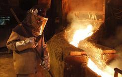 Un trabajador monitorea un proceso dentro de la planta de refinería de cobre de Codelco en Ventanas, al noroeste de Santiago, 7 de enero de 2015. La economía chilena creció un 1,8 por ciento interanual en noviembre, un desempeño por debajo de lo esperado y en línea con el débil dinamismo mostrado en 2015, en cuyos últimos meses se evidenció un menor aporte del vital sector de la minería y de las manufacturas. REUTERS/Rodrigo Garrido