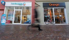 Orange et Bouygues ont confirmé mardi avoir repris leurs discussions en vue d'un rapprochement qui pourrait ramener à trois le nombre d'opérateurs sur un marché français des télécoms éprouvé par plusieurs années de guerre des prix. /Photo prise le 5 janvier 2015/REUTERS/Vincent Kessler