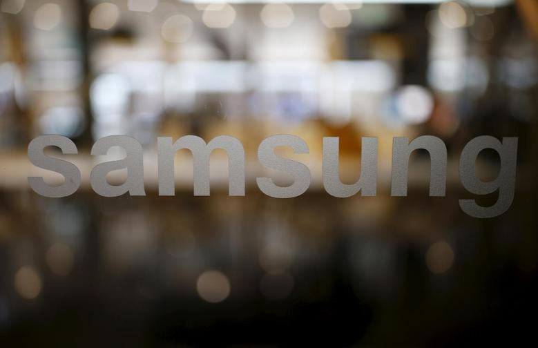 A Samsung logo is seen at Samsung Electronics' headquarters in Seoul, South Korea, December 18, 2015.  REUTERS/Kim Hong-Ji