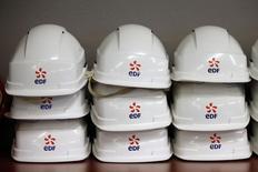 EDF, à suivre mercredi à la Bourse de Paris, a inscrit à son budget 2016 plus de 6,0 milliards d'euros de cessions d'actifs, rapportent Les Echos. A 08h00, le contrat à terme sur le CAC 40 recule de 0,6%. /Photo prise le 13 novembre 2015/REUTERS/Charles Platiau
