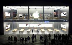 Varias personas en la puerta de la tienda Apple en Chengdu, en la provincia china de Sichuan, el 2 de noviembre de2015. Apple Inc está previsto que recorte la producción de sus más recientes modelos de iPhone en cerca de un 30 por ciento en el trimestre enero a marzo, reportó el diario japonés Nikkei. REUTERS/Stringer