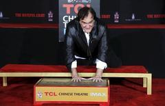 Diretor Quentin Tarantino deixa marca das mãos no cimento do Teatro Chinês, em Hollywood. 05/01/2016 REUTERS/Mario Anzuoni