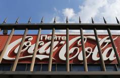 Логотип Coca-Cola на здании подмосковного завода компании. 6 августа 2014 года. Coca-Cola извинилась за появление Крыма на карте России на ее странице ВКонтакте и сообщила, что рекламный агент одобрил аннексию украинского полуострова без ведома американской компании. REUTERS/Maxim Shemetov