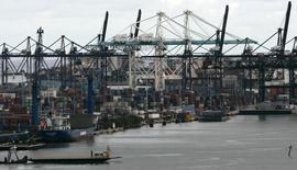 Un carguero en el muelle de un puerto de Miami, 4 de octubre de 2007. El déficit comercial de Estados Unidos se estrechó en noviembre  posiblemente porque los esfuerzos de las empresas para reducir inventarios disminuyeron las importaciones de bienes a su menor nivel en casi cinco años, superando la caída en las exportaciones. REUTERS/Carlos Barria