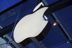 Apple Inc informó que sus usuarios gastaron más de 1.100 millones de dólares en aplicaciones en las dos semanas hasta el 3 de enero, estableciendo un récord de ventas para la temporada de fiestas. Imagen de archivo de un logo de Apple dentro de la Apple Store de Palo Alto, California, EEUU. 13 noviembre 2015. REUTERS/Stephen Lam