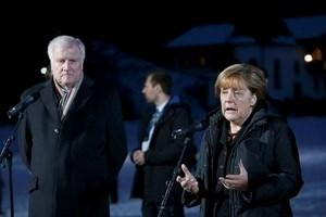 German Chancellor Angela Merkel and Bavarian state premier and leader of the Christian Social Union (CSU) Horst Seehofer (L) make a statement during the annual CSU Epiphany meeting in the southern Bavarian resort of Wildbad Kreuth near Munich, Germany January 6, 2016.   REUTERS/Michaela Rehle