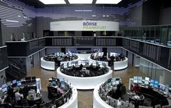 Les Bourses européennes ont reculé mercredi, pénalisées par les craintes entourant l'économie chinoise, avec un nouvel accès de faiblesse du yuan et la publication d'un indicateur décevant sur le secteur des services, et par les cours du pétrole, au plus bas depuis onze ans. L'indice CAC 40 a fini sur une perte de 1,26% et la Bourse de Francfort a cédé 0,93%. /Photo prise le 4 janvier 2015/REUTERS/Staff