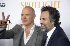 """Atores Michael Keaton (E) e Mark Ruffalo (D) participam de apresentação especial do filme """"Spotlight"""" em Los Angeles. 03/11/2015 REUTERS/David McNew"""