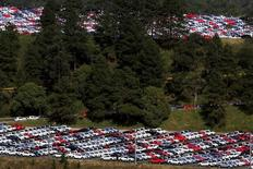 Autos nuevos de Volkswagen aparcados fuera de una fábrica en Sao Bernardo do Campo. 6 de julio de 2015. Las ventas de automóviles en Brasil caerían en 2016 por cuarto año consecutivo, dijo el miércoles la asociación nacional de concesionarios Fenabrave, acumulando un retroceso de un 36 por ciento desde el 2012, mientras el país se hunde en la recesión. REUTERS/Paulo Whitaker