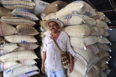 El cultivador de café Ramón Eliodoro Mejia posa tras vender 613 kilos de café orgánico en Pueblo Bello, Colombia. 29 de enero 2014. La producción de café de Colombia alcanzó 14,1 millones de sacos de 60 kilos en 2015, la más alta de los últimos 23 años, gracias un aumento de la productividad de plantaciones renovadas y el buen clima, informó el miércoles la Federación Nacional de Cafeteros. REUTERS/Jose Miguel Gomez