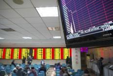 Las bolsas europeas caían con fuerza el jueves después de que China acelerara la depreciación del yuan, haciendo tambalearse a las divisas de la región y provocando el desplome de mercados bursátiles nacionales. En la imagen, una pantalla con la información bursátil en una correduría en Nanjing,  en la provincia de Jiangsu, el 7 de enero de  2016. REUTERS/China Daily