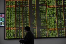 An investor looks at an electronic screen showing stock information at a brokerage house in Hangzhou, Zhejiang province, January 7, 2016. REUTERS/Stringer