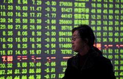 Un inversor mira una pantalla electrónico que muestra la información de las acciones, en una correduría en Hangzhou, China. 7 enero de 2016. China suspenderá el viernes el nuevo mecanismo de cortocircuito, que interrumpe las operaciones accionarias cuando se produce una caída muy brusca, dijeron el jueves las bolsas de Shanghái y Shenzhen en sus páginas web, luego que el instrumento provocó fuertes pérdidas en los volátiles mercados del país. REUTERS/Stringer
