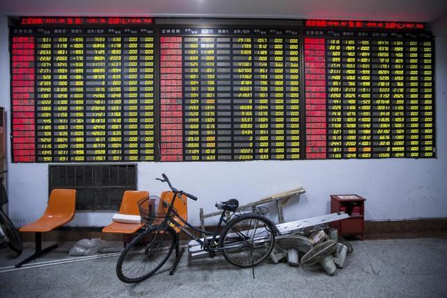 1月7日、上海・深センの両証券取引所は、中国が8日付でサーキットブレーカーを停止する方針を表明した。写真は杭州の証券会社で7日撮影(2016年 ロイター/China Daily)