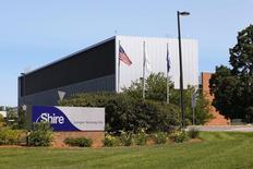 Shire Pharmaceuticals, le groupe pharmaceutique britannique basé à Dublin, pourrait annoncer dès lundi un accord pour acquérir l'américain Baxalta International pour quelque 32,5 milliards de dollars (29,8 milliards d'euros), selon des sources proches du dossier. /Photo d'archives/REUTERS/Brian Snyder