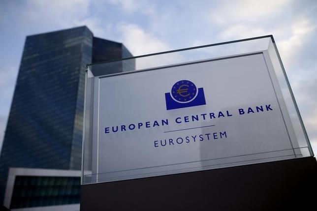 1月8日、ECB理事のレーン・アイルランド中銀総裁は、向こう数カ月の経済データが量的緩和(QE)拡大の必要性を示唆すれば、ECBはしかるべき対応をする可能性があると述べた。写真はフランクフルトのECB本部。昨年12月撮影(2016年 ロイター/Ralph Orlowski)