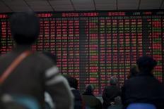 Inversores miran un tablero electrónico que muestra la información de las acciones, en una correduría en Shanghái, China, 8 de enero de 2016. Los mercados chinos enfrentan el viernes una sesión de mucha tensión, debido a que las acciones retomarán su cotización sin un mecanismo de suspensión de operaciones automático que limite las ventas mientras el mundo observa si Pekín permitirá que su moneda siga depreciándose. REUTERS/Aly Song