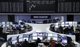 Les principales Bourses de la zone euro évoluent en baisse vendredi à la mi-séance, le soulagement n'ayant été que de courte durée après les décisions de Pékin concernant la suspension des mécanismes de coupe-circuit sur les marchés actions chinois et le relèvement du cours pivot du yuan. Vers 12h10 GMT, le CAC 40 abandonne 0,33%, le Dax cède 0,12% tandis que le FTSE avance de 0,28%. /Photo prise le 8 janvier 2016/REUTERS/Remote